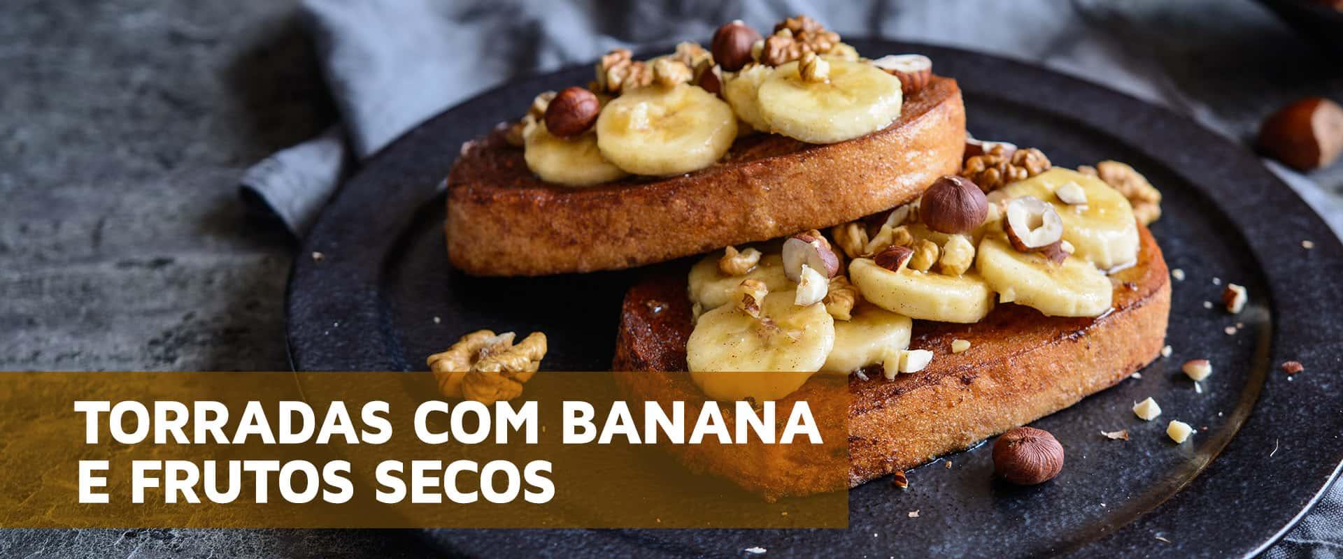 Torradas com banana e frutos secos